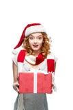 Молодой удивленный подарок рождества удерживания девушки стоковые изображения rf