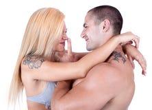 Молодой усмехаться пар влюбленности стоковое фото