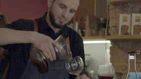 Молодой усмехаясь кофе человека barista лить с переливать ВПТ акции видеоматериалы