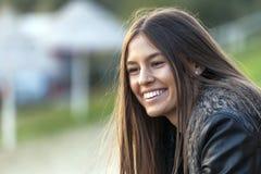 Молодой усмехаясь портрет женщины outdoors стоковые фотографии rf