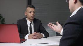 Молодой успешный африканский бизнесмен в костюме делает дело, рукопожатие 2 бизнесменов в офисе 60 fps сток-видео