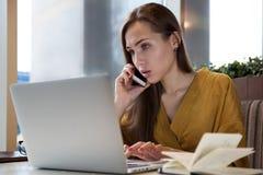 Молодой успешный уверенно блоггер женщины, отдыхая в беседе кафа Стоковое фото RF