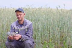 Молодой фермер имеет много деньги Концепция успеха дела в земледелии стоковая фотография rf