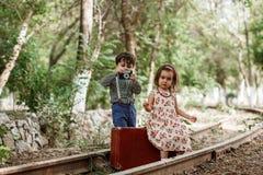 Молодой фотограф и его маленькая милая модель стоковая фотография