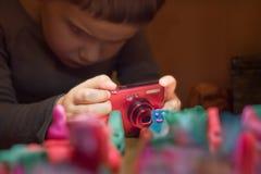 Молодой фотограф принимая фото Школа анимации Молодой фотограф принимая фото Школа фотографии стоковые изображения rf