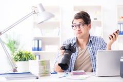 Молодой фотограф работая с его камерой стоковые изображения rf