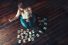 Молодой фотограф с фото Стоковое фото RF