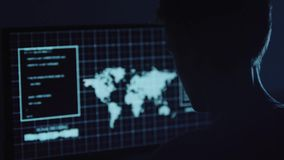 Молодой хакер делая нападение на учете ` s серверов и банка данных все еще секретные номера кредитной карты Работа в научной фант сток-видео