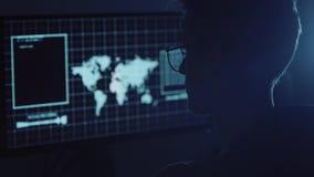 Молодой хакер делая нападение на учете ` s серверов и банка данных все еще секретные номера кредитной карты Работа в научной фант видеоматериал
