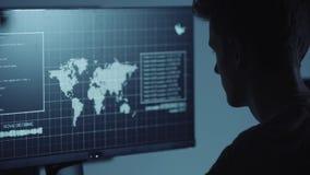 Молодой хакер делая нападение на учете ` s серверов и банка данных все еще секретные номера кредитной карты Работа в научной фант акции видеоматериалы
