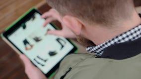 Молодой ходить по магазинам парня онлайн на цифровом устройстве видеоматериал