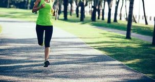 Молодой ход женщины фитнеса стоковые изображения rf