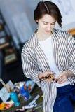 Молодой художник студента на рабочем месте искусства стоковые фото