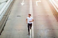 Молодой человек бежать в городской местности стоковые фотографии rf