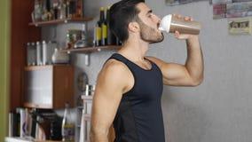 Молодой человек выпивая здоровое встряхивание протеина акции видеоматериалы
