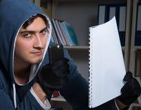 Молодой человек в концепции промышленного шпионажа стоковое фото rf