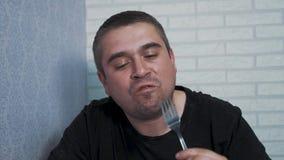 Молодой человек в кухне имеет завтрак видеоматериал