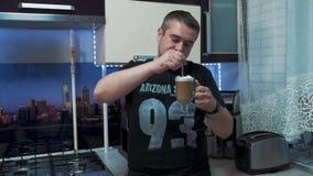 Молодой человек в кухне видеоматериал
