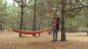 Молодой человек в наборах леса гамак акции видеоматериалы