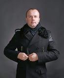 Молодой человек в пальто стоковое изображение