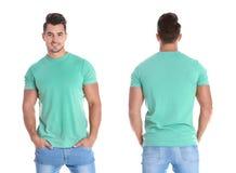 Молодой человек в пустой зеленой футболке на белой предпосылке стоковые изображения