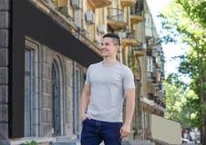 Молодой человек в серой футболке outdoors стоковое фото