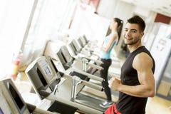 Молодой человек в спортзале стоковые фото