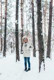 Молодой человек в холодном глубоком пальто зимы Стоковое фото RF