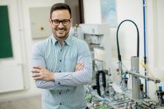Молодой человек в электронной мастерской стоковые фото