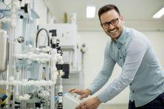Молодой человек в электронной мастерской стоковое изображение rf