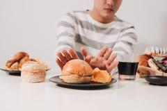 Молодой человек в dieting и здоровая концепции еды стоковые изображения