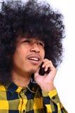 Молодой человек говоря на мобильном телефоне стоковые фотографии rf