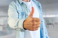 Молодой человек давая большой палец руки вверх на офисе Стоковая Фотография RF