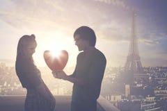 Молодой человек давая подарок к его подружке Стоковое Изображение