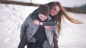 Молодой человек давая a продолжает его задняя часть его счастливая подруга видеоматериал