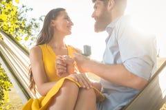 Молодой человек делая предложение руки и сердца к красивой подруге пока Стоковые Изображения