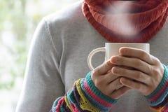Молодой человек держа чашку чаю и лимон Холодный, холодный, заболевание Стоковые Фотографии RF
