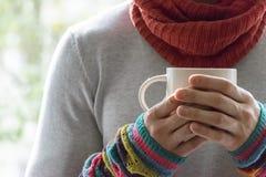Молодой человек держа чашку чаю и лимон Холодный, холодный, заболевание Стоковое Фото