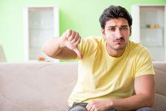 Молодой человек дома после ушиба стоковое изображение rf