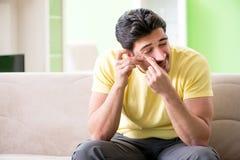 Молодой человек дома после ушиба стоковое изображение
