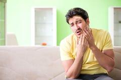 Молодой человек дома после ушиба стоковые фото