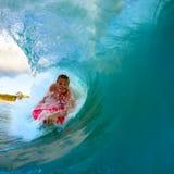 Молодой человек занимаясь серфингом Стоковые Фото