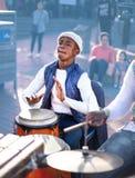 Молодой человек играя барабанчик Djembe стоковые изображения