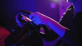 Молодой человек играя в имитаторе привода автомобиля Фактически реальность сток-видео