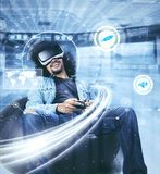 Молодой человек играя игру с футуристическим экраном Стоковые Фото