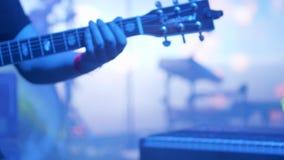 Молодой человек играя на акустической гитаре на концерте страны акции видеоматериалы