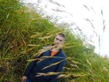 Молодой человек идя весной лес стоковая фотография rf