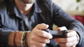 Молодой человек используя кнюппель или joypad для видеоигр Стоковые Фото