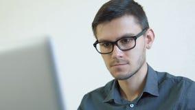 Молодой человек используя кредитную карточку онлайн сток-видео