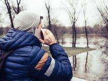 Молодой человек используя сотовый телефон в парке стоковые фотографии rf